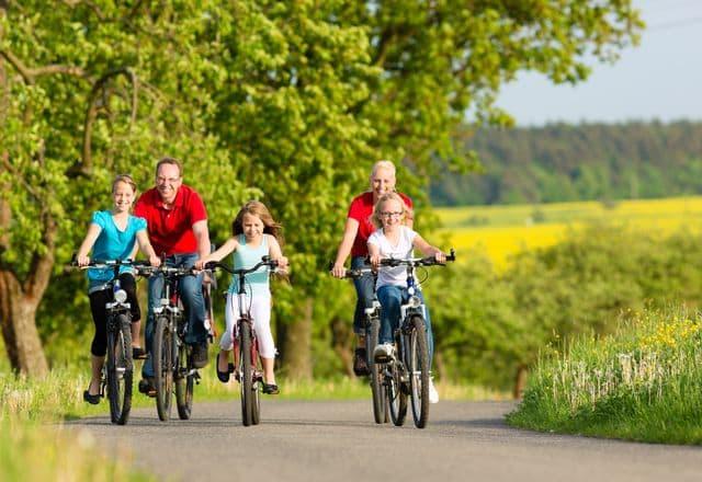 Ungdomar på resa med familj